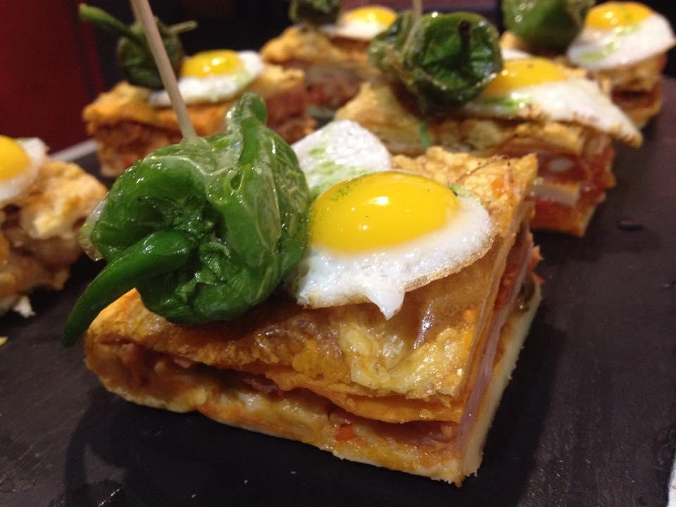 Hornazo con Huevo Frito y Pimiento de Padrón